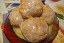 Тефтели с рисом, в сметанном соусе. Фото рецепта для мультиварки