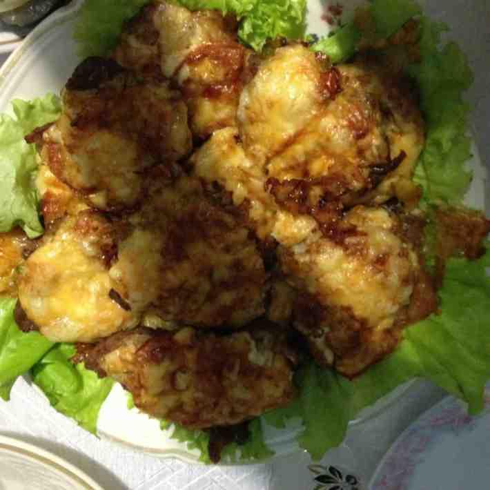 Свинина под сыром с грибами и помидором в мультиварке. Фото рецепта.