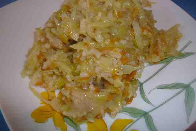 Капуста тушёная с рисом и мясом приготовлена в мультиварке