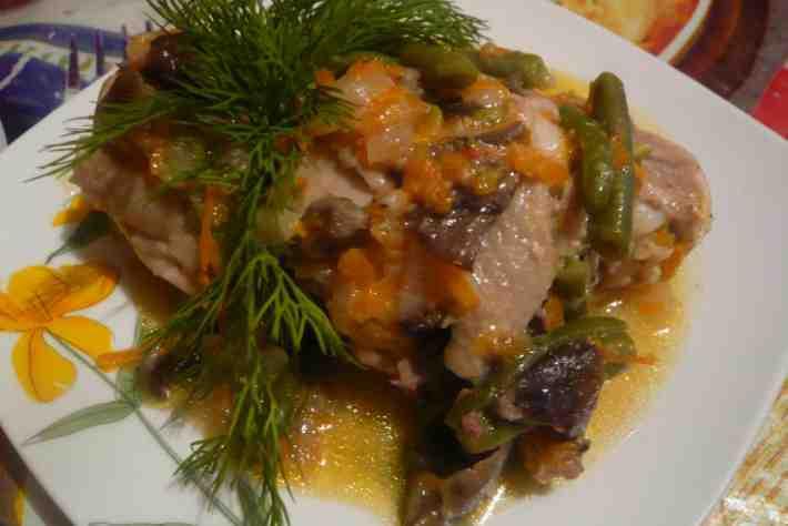 Фото рецепта: Куриные окорочка тушеные с овощами и грибами в мультиварке
